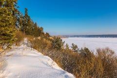 在河的冬天风景 Berdsk,西伯利亚,俄罗斯 免版税库存照片