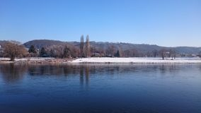 在河的冬天 库存照片