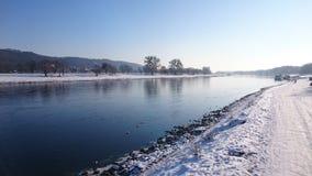 在河的冬天 免版税库存图片