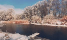 在河的冷淡的冬天早晨 免版税库存照片