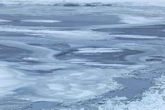 在河的冻结的表面在严冬 库存照片