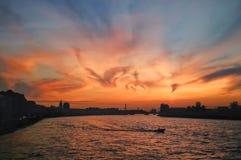 在河的剧烈的日落 图库摄影