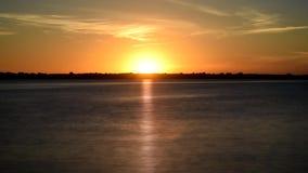 在河的动态金黄日出早晨在黎明 影视素材
