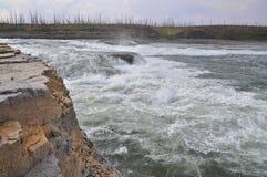 在河的动荡急流 库存图片