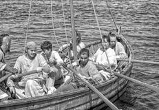 在河的北欧海盗船 库存图片