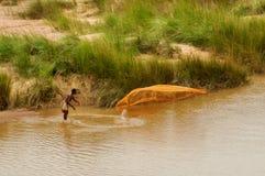 在河的印地安渔夫渔 免版税库存图片