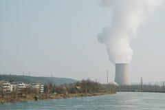 在河的原子能发电站 免版税库存照片