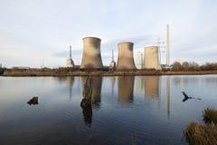在河的发电站 库存照片