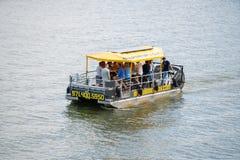 在河的啤酒驳船 库存照片