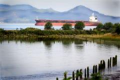 在河的在大洋里航行的船。 免版税库存图片