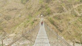 在河的地方人步行吊桥在尼泊尔 马纳斯卢峰电路艰苦跋涉 影视素材