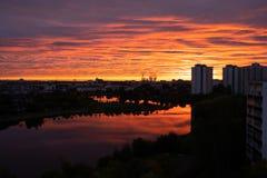 在河的城市日出 美好的都市日出 库存照片
