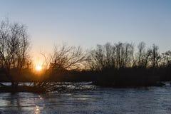 在河的夏天日落 库存照片