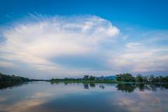 在河的夏天日落 图库摄影