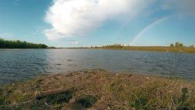 在河的夏天晴天 背景蓝色云彩调遣草绿色本质天空空白小束 4K 股票录像