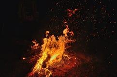 在河的夜篝火 免版税图库摄影