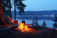 在河的夜篝火 库存照片