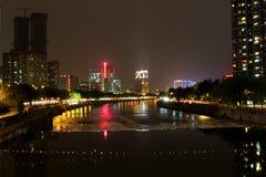 在河的夜视图 库存图片