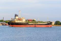 在河的大货船 库存图片