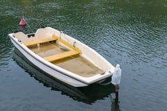 在河的小下沉的小船 库存图片