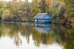 在河的小屋 图库摄影
