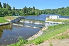 在河的小水坝 免版税库存照片