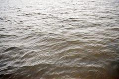 在河的小波浪 库存照片