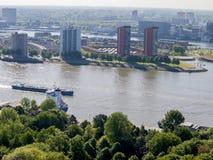 在河的小船航行在鹿特丹 免版税库存照片