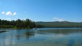 在河的小船运输,乘坐在一条美丽的热带河,小组下湖的愉快的人 汽艇与 库存图片