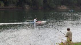 在河的小船,乘独木舟,划皮船 影视素材
