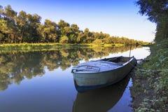 在河的小船 免版税图库摄影