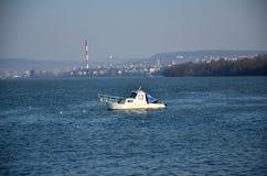 在河的小船 免版税库存图片