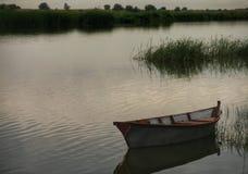 在河的小船 免版税库存照片