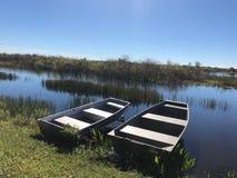 在河的岸的两条小船 库存图片