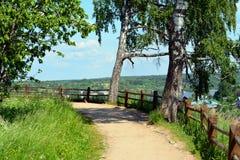 在河的峭壁的风景路 库存图片
