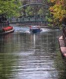 在河的巡航小船 库存照片