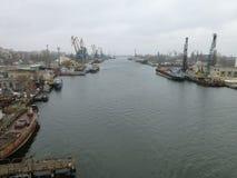 在河的工业区 免版税库存照片
