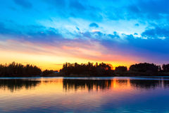 在河的惊人的日落天空反射 免版税库存照片