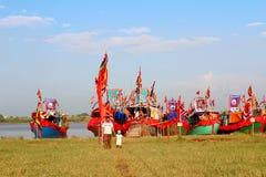 在河的执行的传统小船 库存照片
