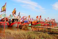 在河的执行的传统小船 免版税库存图片