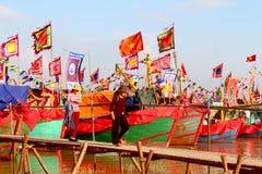 在河的执行的传统小船 库存图片