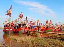 在河的执行的传统小船 免版税库存照片