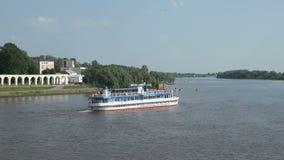 在河的旅行游人的船的 股票视频