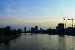 在河的日落天空 免版税库存图片