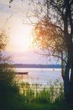 在河的日落-一个美好的平衡的夏天风景 俄国 垂直的摄影 库存照片