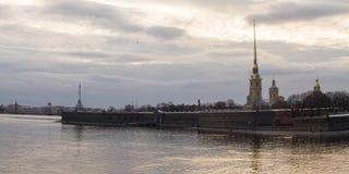 在河的日落 春天 圣彼德堡 俄国 免版税库存图片