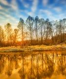 在河的明亮的晴朗的秋天早晨 免版税库存照片