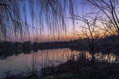 在河的春天天气 免版税库存图片