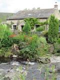在河的春天村庄 免版税库存图片
