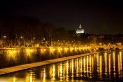 在河的晚上光 免版税库存照片